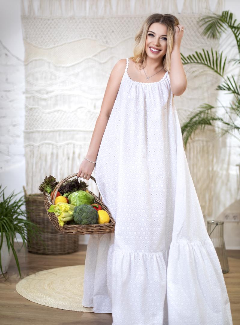 Белое платье в пол на бретельках
