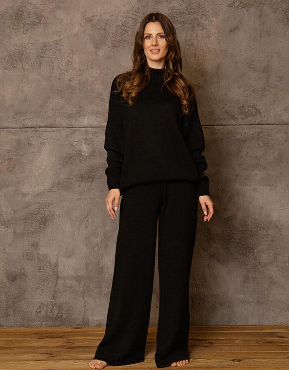 Вязанный костюм: свитер и брюки в черном цвете