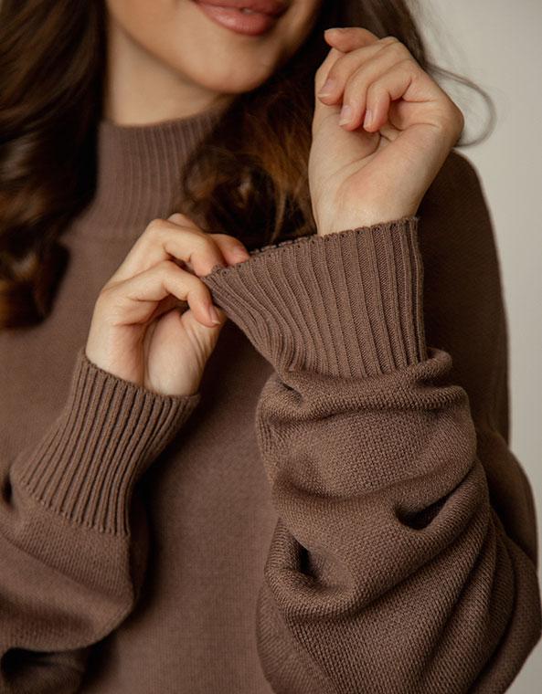 Вязанный костюм: свитер и брюки в коричневом цвете